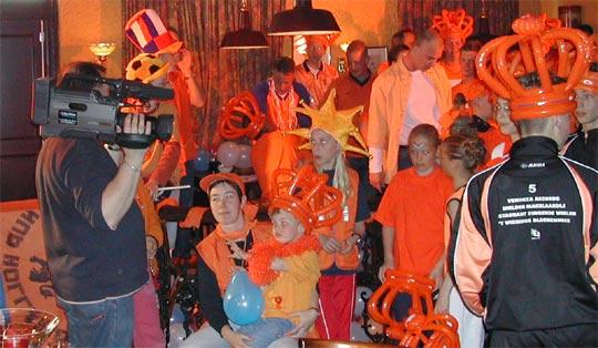 Veel oranje tijdens de opname van de EK-song 2004